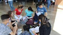 Un grupo de estudiantes revisa por última vez los apuntes.