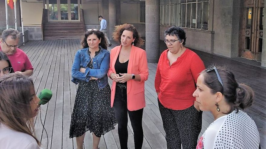 La portavoz de Podemos en el Cabildo de Gran Canaria, Concepción Monzón, a la izquierda