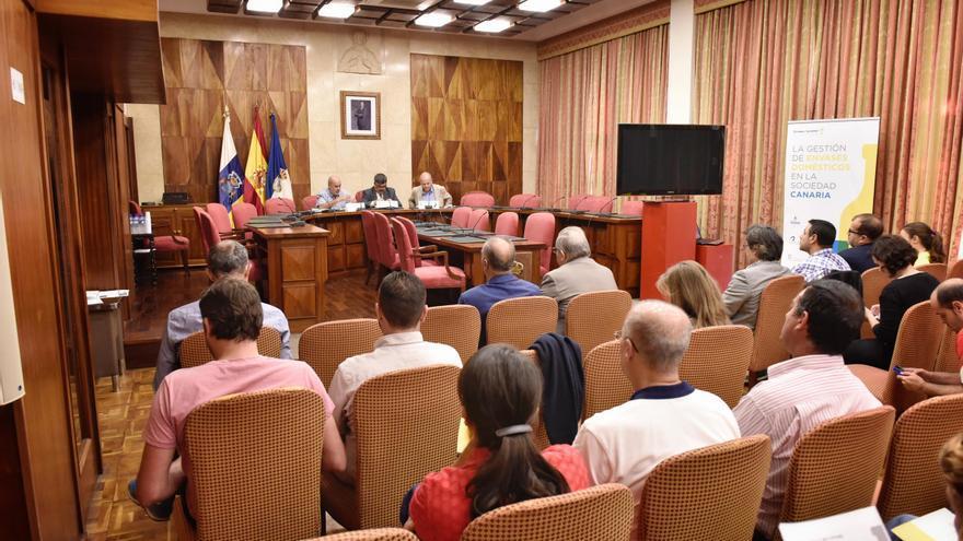 La jornada sobre la gestión de envases en Canarias se ha celebrado en el salón de plenos del Cabildo.