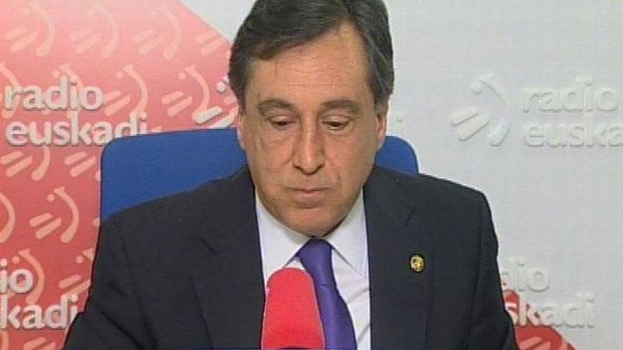 Detenio Xabier Agirre en Vitoria tras encadenarse a la Subdelegación del Gobierno en Álava