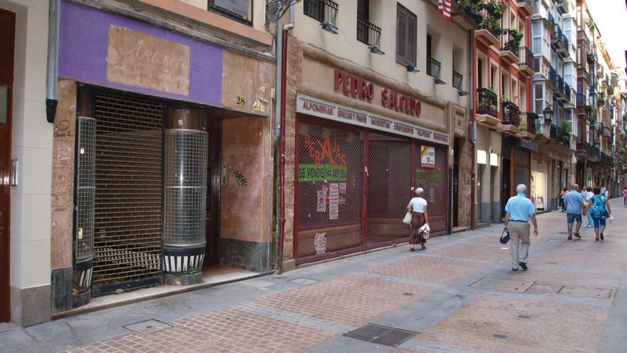 Varios comercios cerrados en el Casco Viejo de Bilbao.