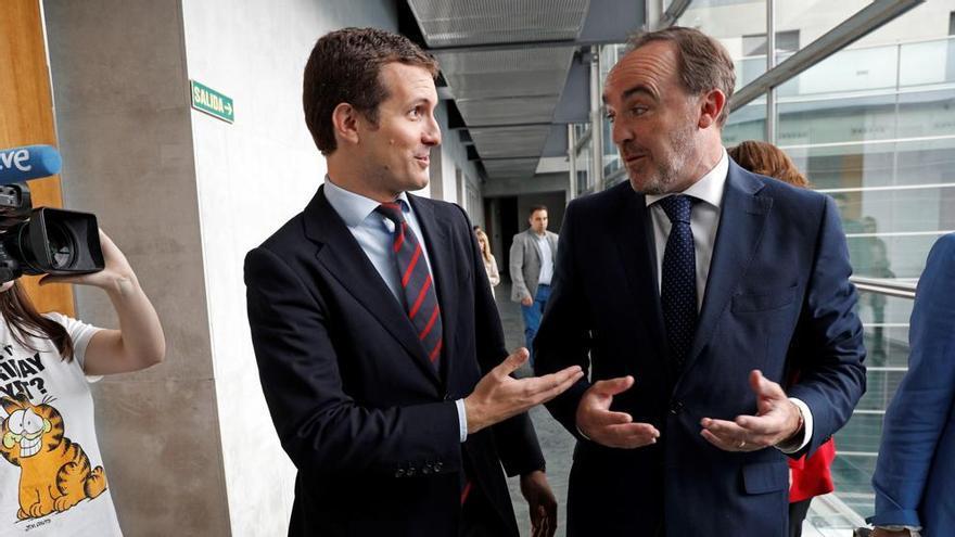 Pablo Casado y Javier Esparza en el Parlamento de Navarra