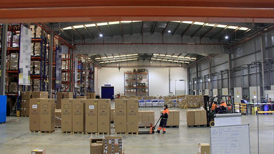 El almacén por donde pasa el equipamiento médico que se reparte a los hospitales catalanes