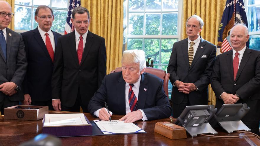 Donald J. Trump firma la S. 3021- America's Water Infrastructure Act 2018-, en la Casa Blanca.