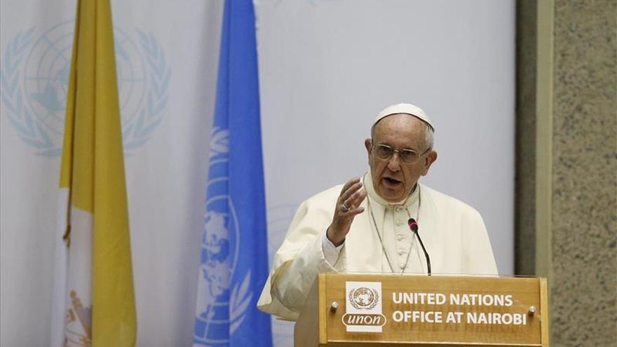 El papa Francisco une sus zapatos a la marcha simbólica por el clima de Avaaz en París