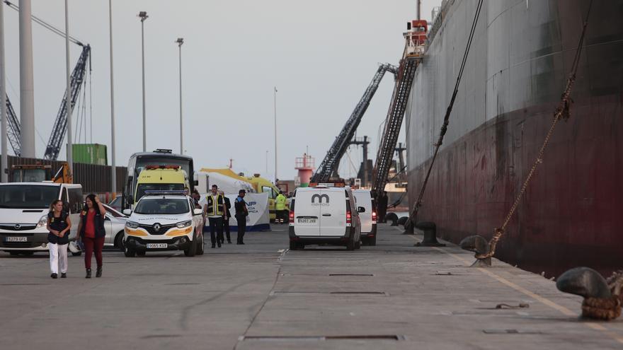Los vehículos de Mémora en su llegada al Puerto de Las Palmas para trasladar los cuerpos de los cuatro fallecidos en la tragedia migratoria de este martes.