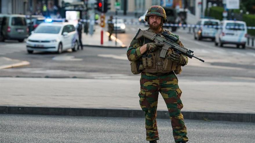 Un soldado presta guardia en el exterior de la Estación Central de trenes tras un atentado terrorista neutralizado.