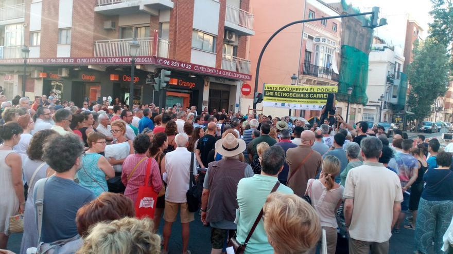Decenas de vecinos del Cabanyal escuchan la lectura del manifiesto