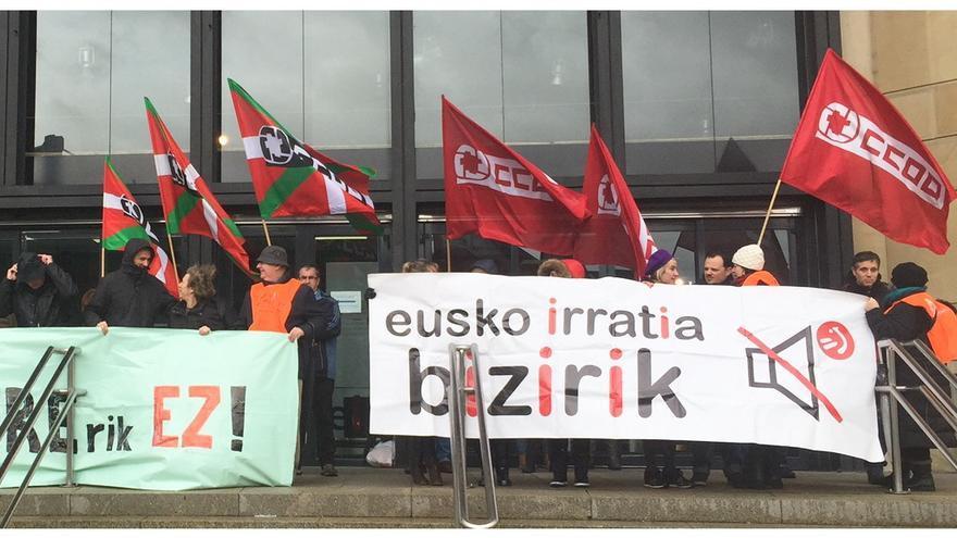 Concentración de trabajadores de Radio Euskadi antes del Consejo de Administración de EiTB.