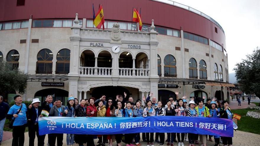 Los 2.500 empleados del grupo chino Tiens asisten a una exhibición de toreo