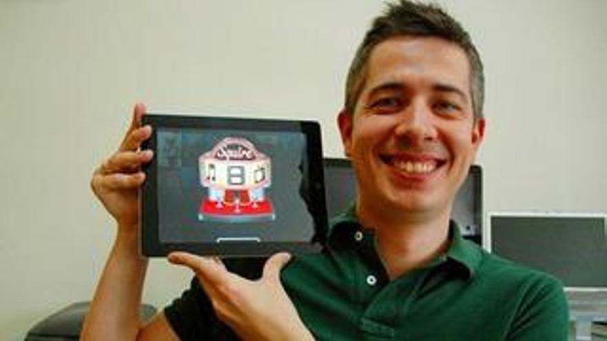 García Torcelly muestra el logo de la aplicación 'Squire' en su tableta. (CANARIASINVESTIGA.ORG)