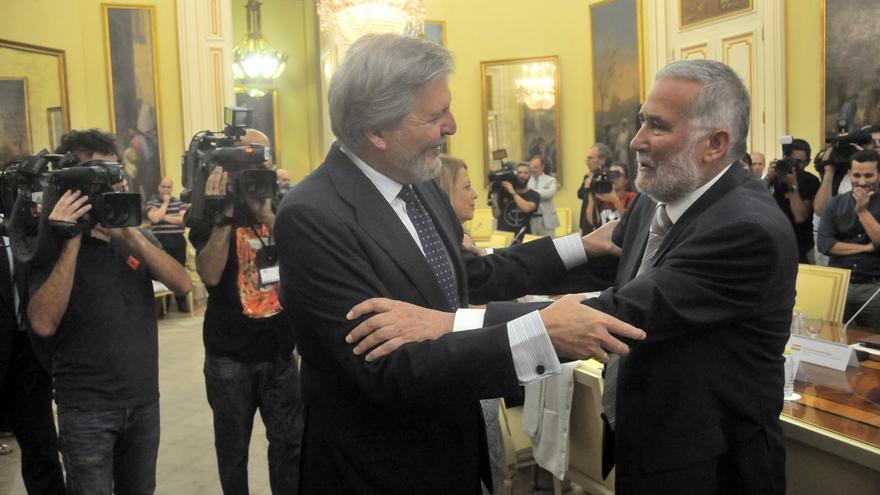 El ministro Íñigo Méndez de Vigo saluda al consejero cántabro Ramón Ruiz.
