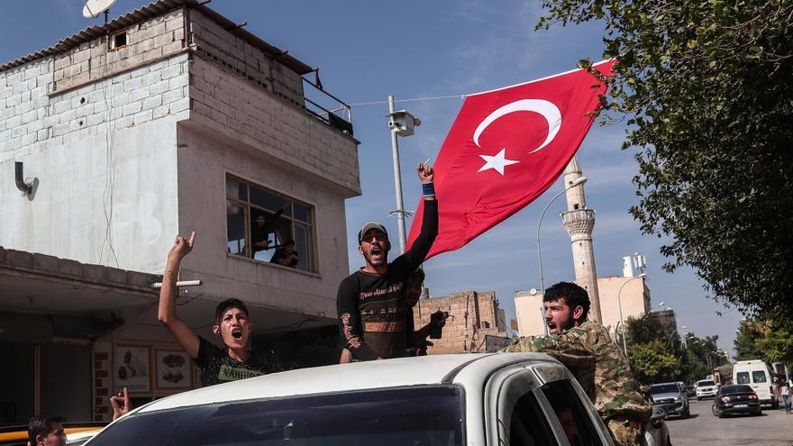 Combatientes sirios apoyados por Turquía se dirigen al norte de siria para la operación militar en las zonas kurdas.
