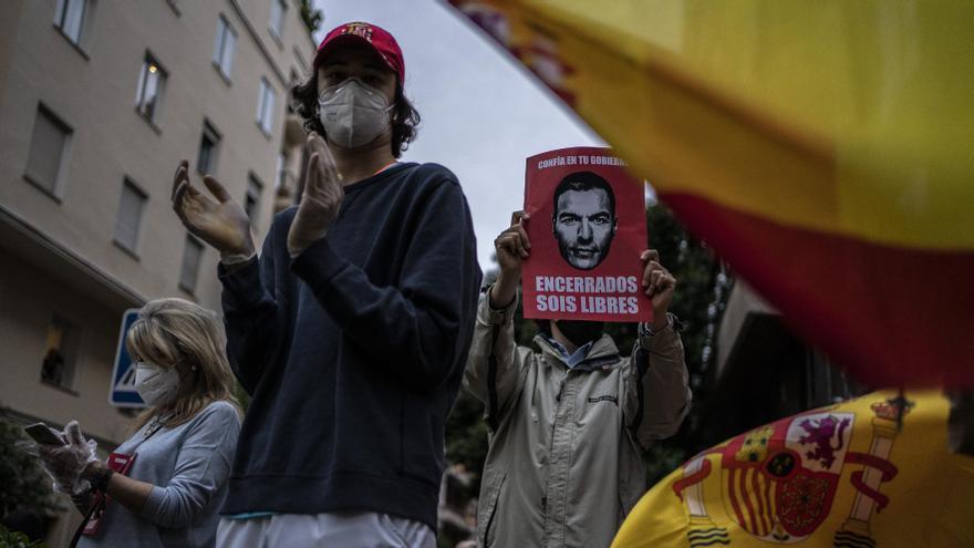 Varios manifestantes en la protesta convocada en el barrio de Salamanca (Madrid) contra el confinamiento decretado por el Gobierno.