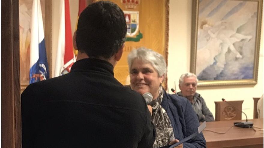 La hija de Don Marcos recoge la placa entregada por el Ayuntamiento de Tijarafe (20-IV-2019).