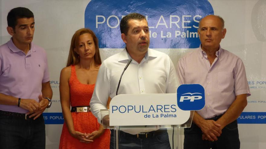 El grupo Popular en el Ayuntamiento de Santa Cruz de La Palma, con su portavoz, Juan José Cabrera (centro).