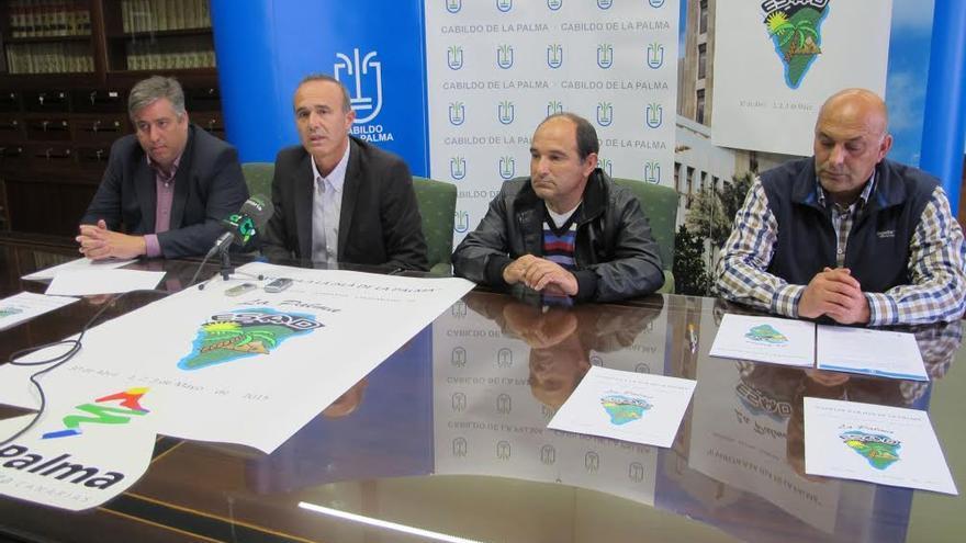 Jorge González y Raúl Camacho (izquierda), junto con los representantes de la Asociación Cultural Recreativa Caravanistas de La Palma, en la presentación de la  II Vuelta a la isla de la Palma en Caravanas y Autocaravanas.