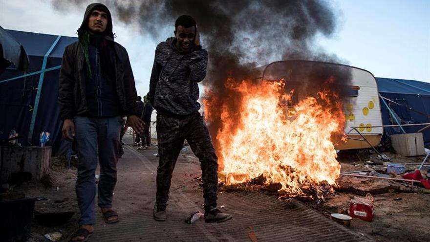 Las ONG dan comida a los inmigrantes en Calais, pese a su prohibición
