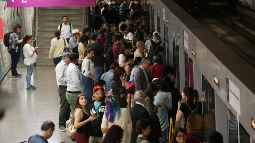 El Metro de Santiago lucha por resurgir de sus cenizas en medio de más protestas