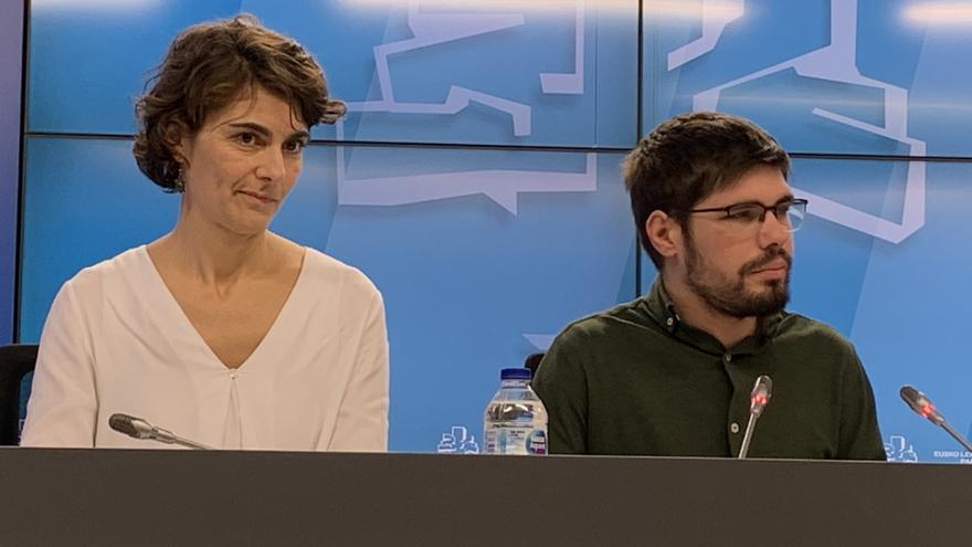 Lander Martínez -con una botella de plástico- en la rueda de prensa del Parlamento
