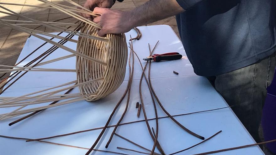 Imagen de archivo de una demostración de la cestería del mimbre.