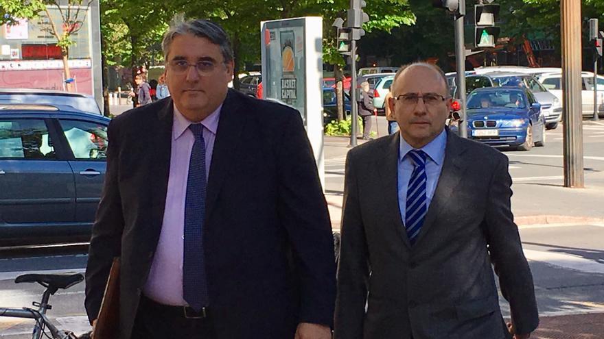 El doctor Cabriada y su abogado, Jesús Urraza, en el juzgado