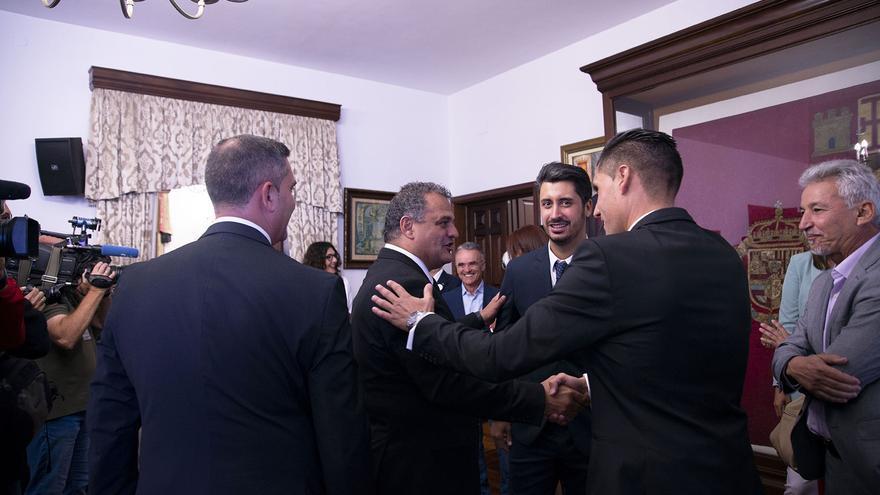 José Alberto Díaz, alcalde en funciones de La Laguna, de CC, saluda al que iba a ser su sustituto, Luis Yeray Gutiérrez, del PSOE