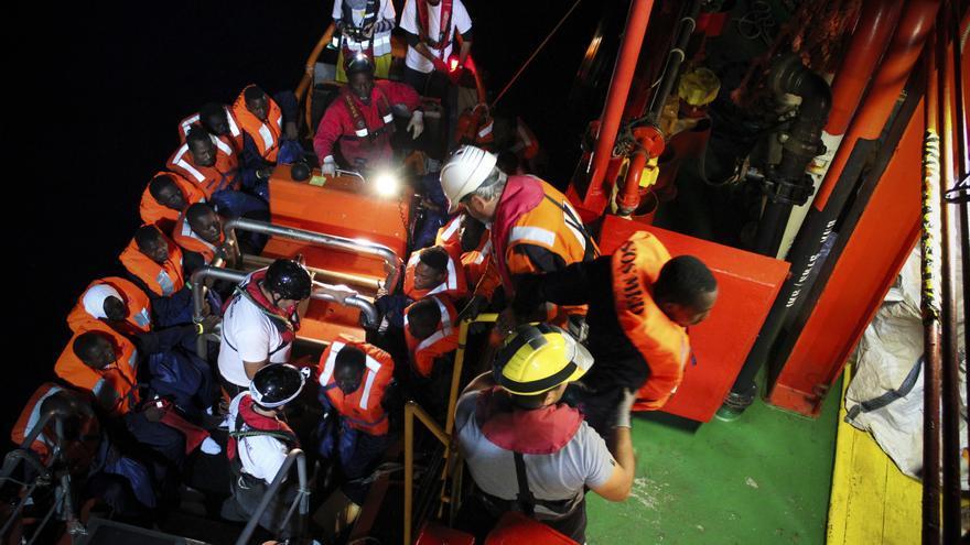 Noviembre de 2016. Save the Children realiza un traslado de otro buque de búsqueda y rescate por la noche, lo que elevó el número total de personas a bordo a más de 300. | Foto: Miya Tajima-Simpson/Save The Children