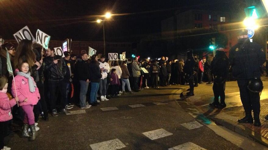 Los vecinos han celebrado su victoria pidiendo la liberación de los detenidos frente a la comisaría de Burgos. / Eduardo Azumendi