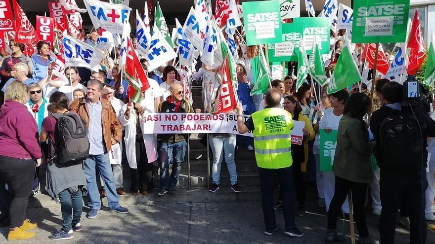 """Cientos de personas se concentran en el Valme y Macarena para exigir """"el 100% de las sustituciones en el SAS"""""""