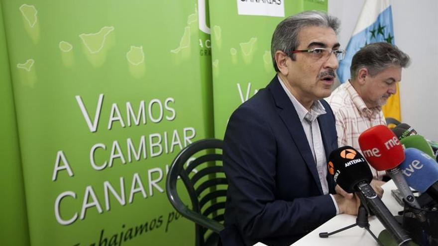 El presidente de Nueva Canarias, Román Rodríguez, acompañado por el secretario de Organización del partido, Pedro Justo. EFE/Ángel Medina G.