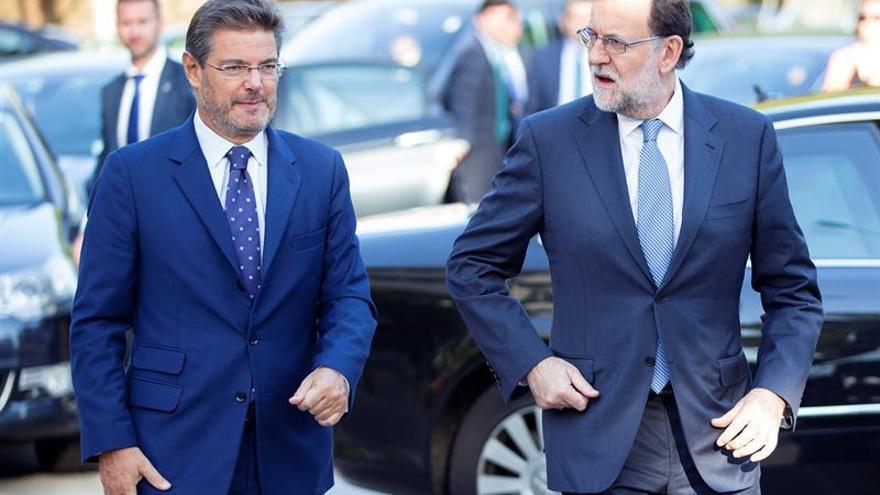 El ministro de Justicia, Rafael Catalá, junto a Mariano Rajoy