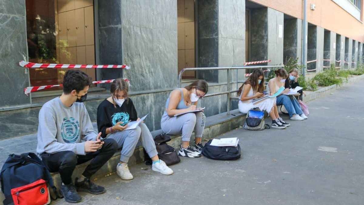 Estudiantes esperan en la puerta de la Biblioteca Infanta Elena de Sevilla