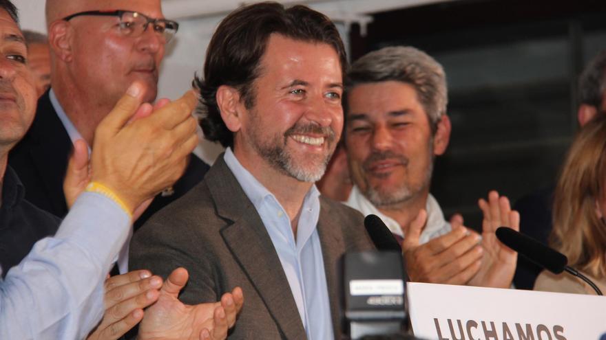 Carlos Alonso celebra la victoria en el Cabildo de Tenerife