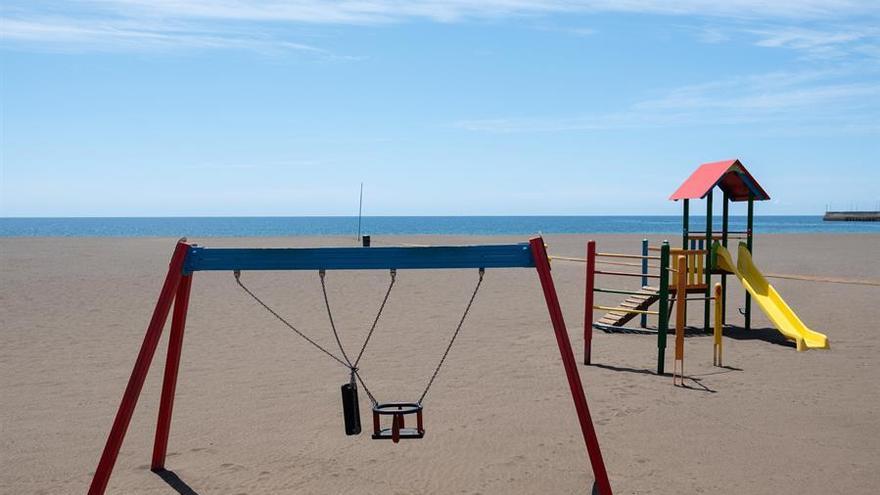 El Parque Infantil y la playa de la localidad de Gran Tarajal, en la isla de Fuerteventura, desiertos durante el confinamiento