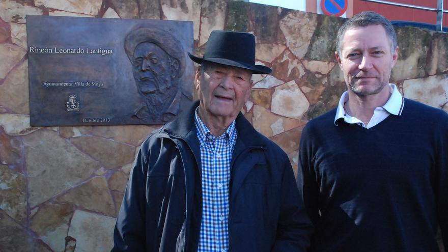 Leonardo Lantigua junto al escultor Manolo González.