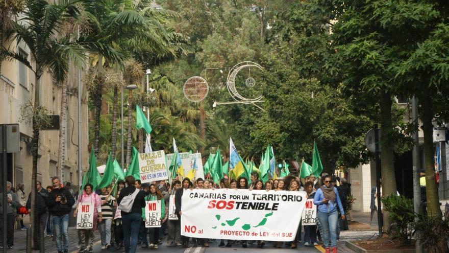 La manifestación contra la Ley del Suelo, a su paso por la calle del Pilar