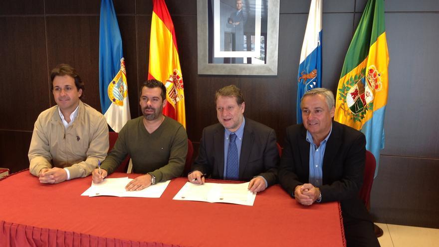 Firma del acuerdo en el Ayuntamiento de Breña Baja.