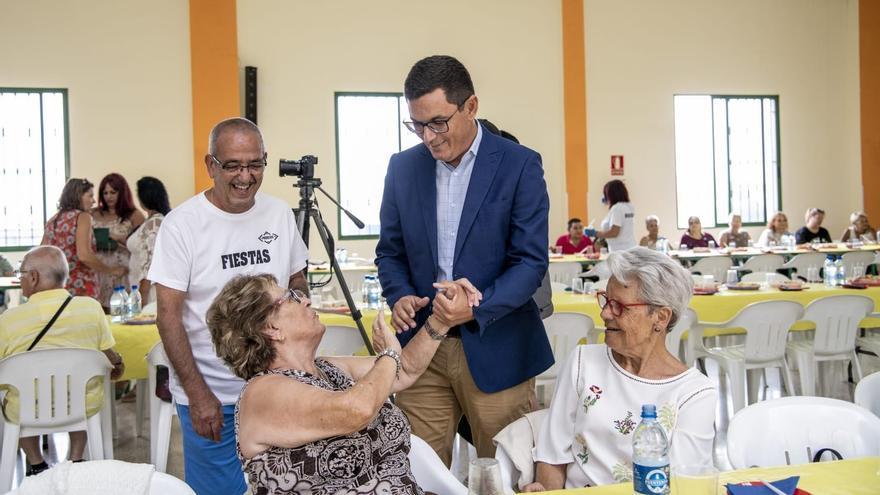 El vicepresidente canario con los mayores de Lomo Apolinario.