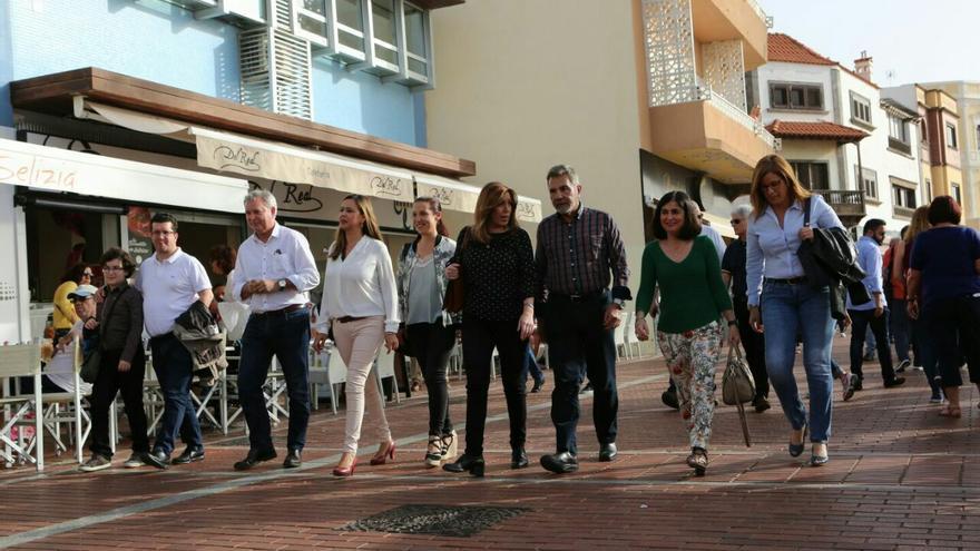 Susana Díaz junto a la presidenta del PSOE en el Parlamento de Canarias, Patricia Hernández (i) o el presidente de la gestora del PSOE en Canarias, José Miguel Rodríguez Fraga (d) en Las Palmas de Gran Canaria.