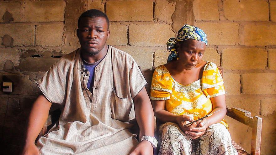 El hermano y la madre de Aboubakar Oumarou Maiga, una de las víctimas del Tarajal.   Imagen cedida por Caminando Fronteras.