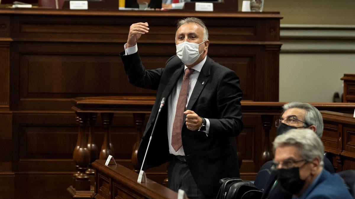 El presidente del Gobierno de Canarias, Ángel Víctor Torres, durante su intervención en el Pleno del Parlamento de Canarias celebrada este martes. EFE/ Miguel Barreto