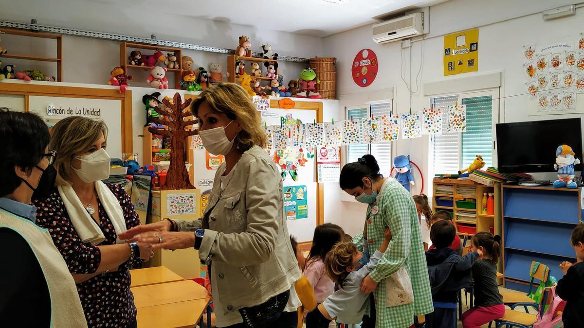 La delegada de Educación en su visita al colegio Vista Alegre