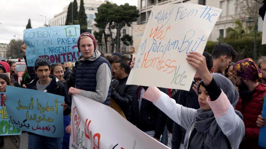 Varios refugiados protestan en Atenas contra su expulsión de unas viviendas