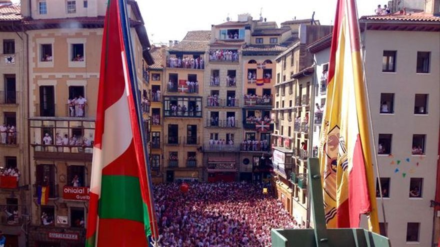 La ikurriña junto a la bandera española en el momento del 'txupinazo'.
