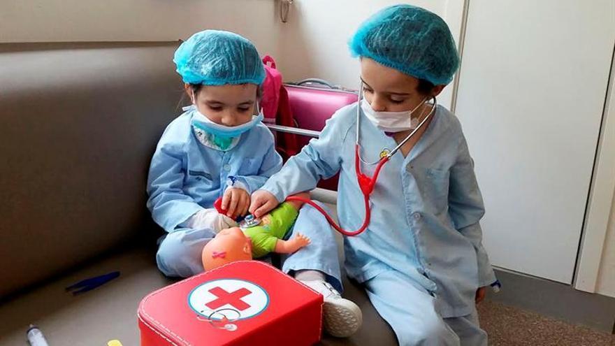 Guillermo y Mónica, de 5 años, amigos desde la incubadora tras una traqueotomía