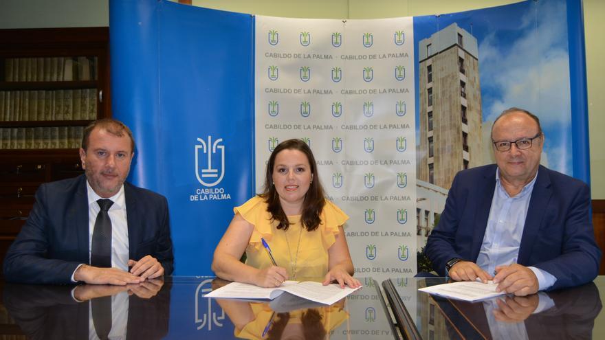 Firma del convenio entre el Cabildo y Funcatra.