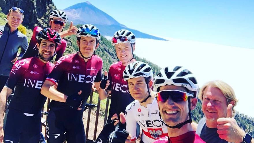 El Team Ineos posa con el Teide de fondo