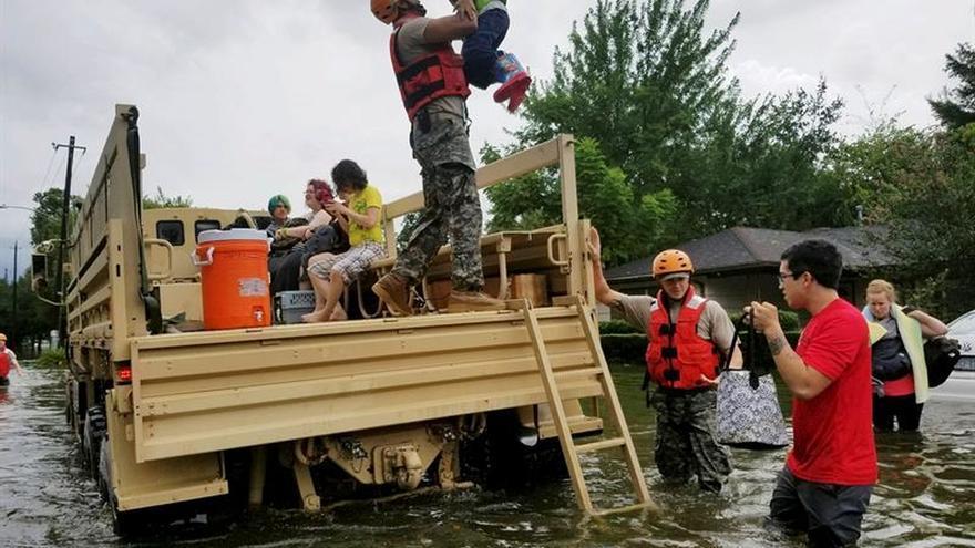 Inundaciones sin precedentes obligan a evacuar suburbios de Houston en EE.UU.