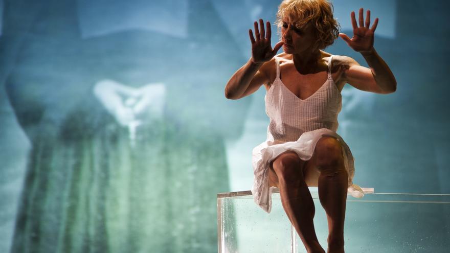 Son solo mujeres, dirigida por Carme Portacelli y representada en el Teatro Abadía